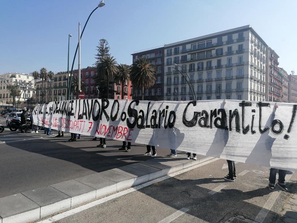 """Napoli, i disoccupati bloccano il lungomare: """"Lavoro o Salario Garantito"""""""