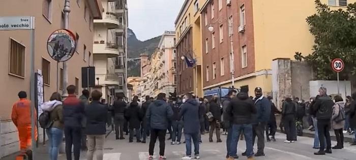 Salerno, protesta di ristoratori e No Dad: ira contro De Luca