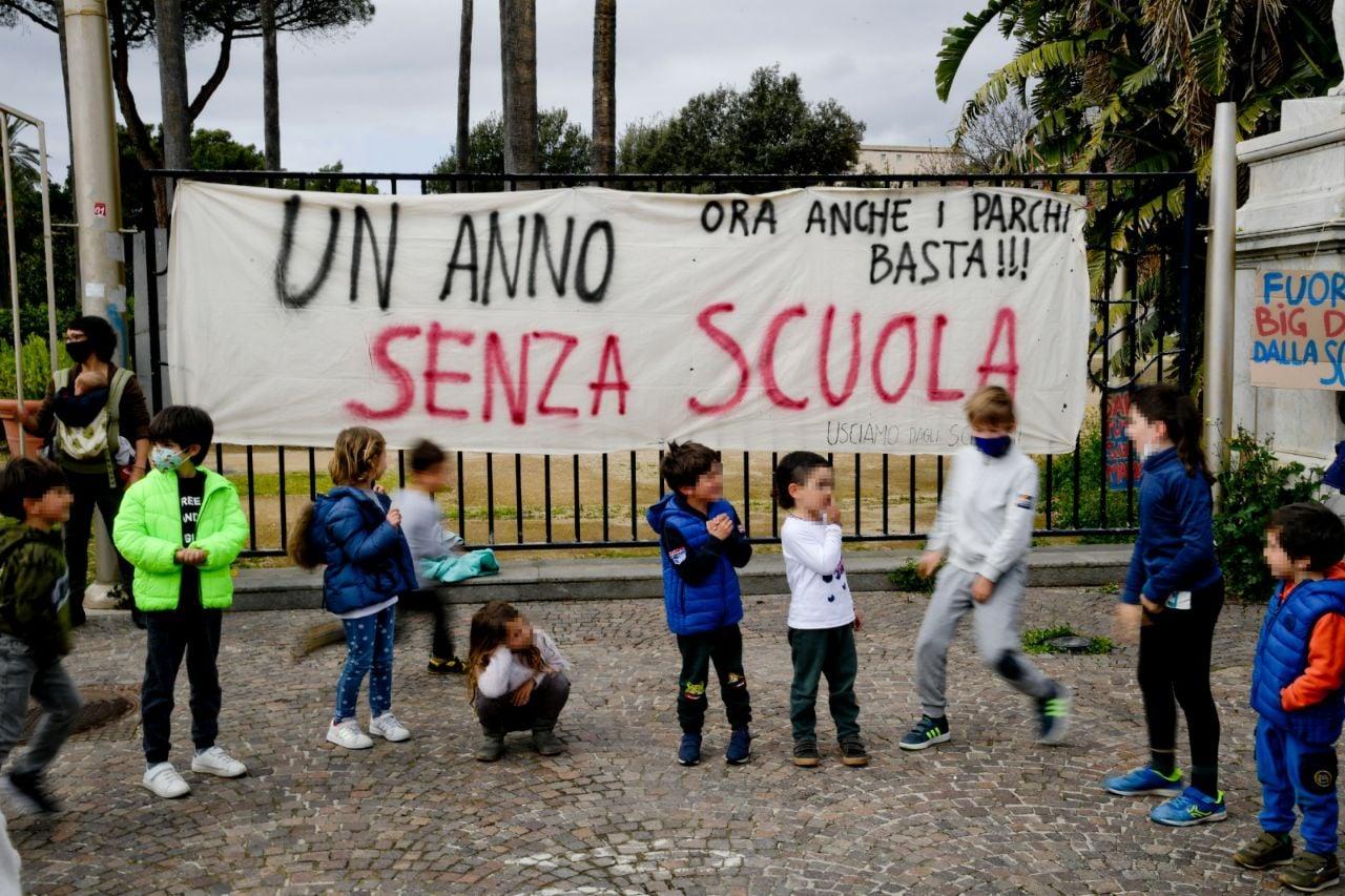 """Napoli, genitori e bambini in piazza contro l'ordinanza di De Luca: """"contestiamo la grigia idea di salute e di sopravvivenza votata al teleconsumo"""""""