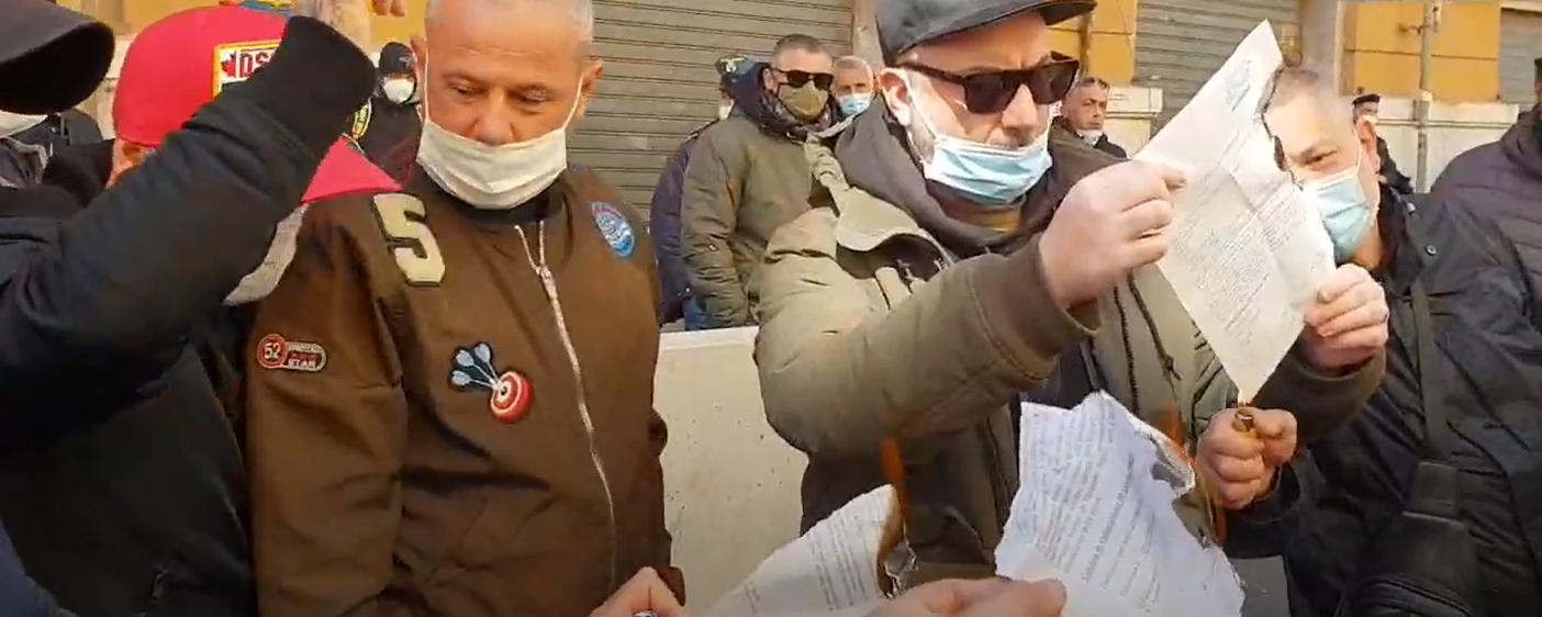 Napoli, tassisti incendiano licenze e contestano il governatore De Luca
