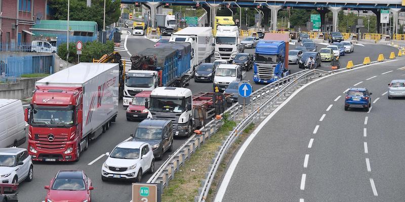 Napoli, la rivolta dei lavoratori mercatali:  bloccata l'autostrada del sole