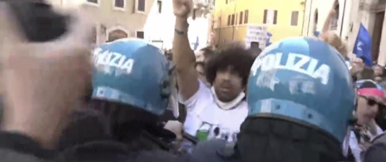 Roma, lavoratori mercatali e ristoratori assediano Montecitorio. Tensione con la polizia