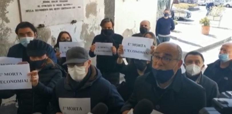 Amalfi, dura contestazione a De Luca e Cancelleri
