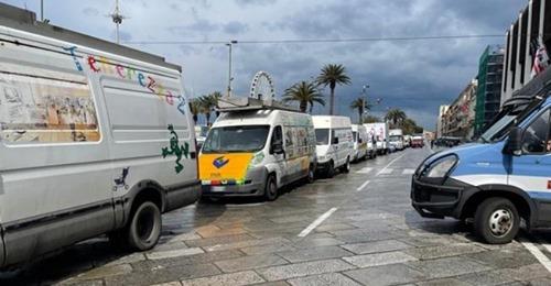 Covid, lavoratori mercatali bloccano il centro di Cagliari con 70 furgoni