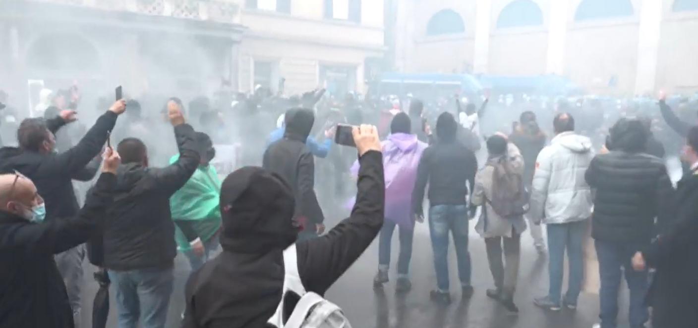 Roma, ristoratori tentano assalto di Montecitorio: lanciate bombe carta e bottiglie
