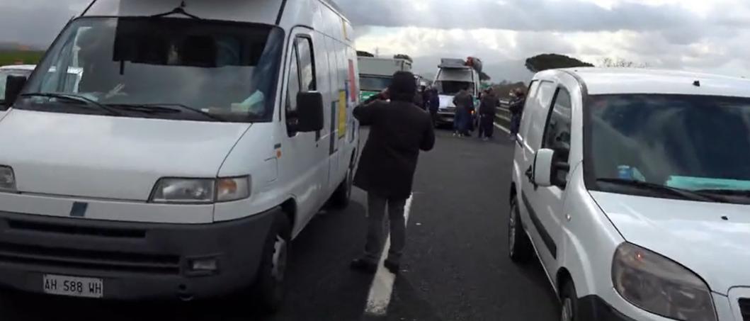 Napoli, mille furgoni dei lavoratori mercatali bloccano autostrada A1