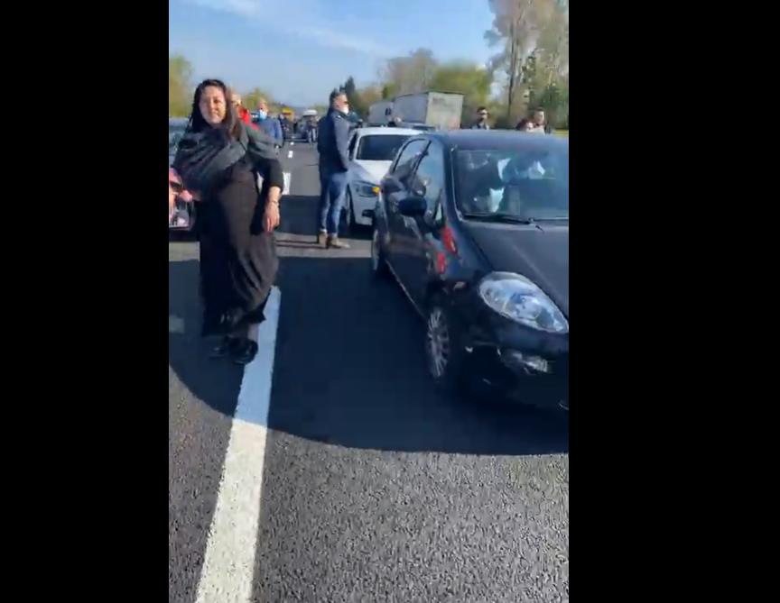 """Firenze, ristoratori bloccano autostrada: """"Impossibile lavorare all'esterno con il freddo"""""""