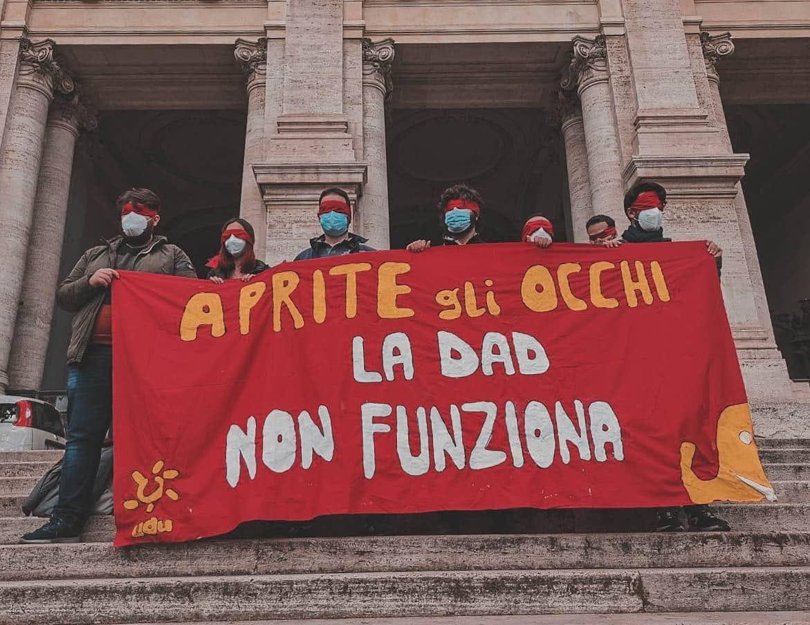 """Studenti bendati davanti al Ministero.""""Aprite gli occhi, la Didattica a distanza non funziona"""""""