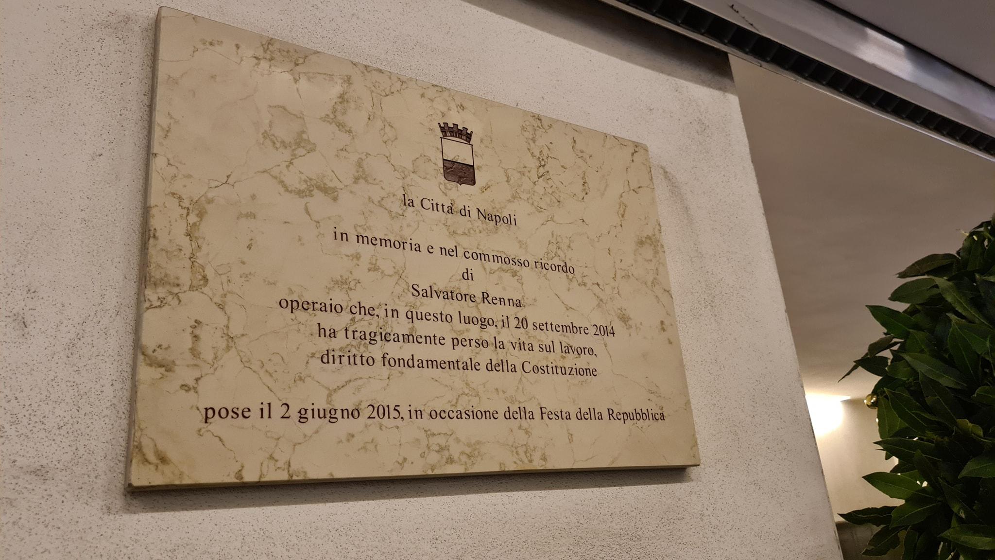 Napoli, fiori in memoria dell'operaio edile morto nel cantiere della metropolitana