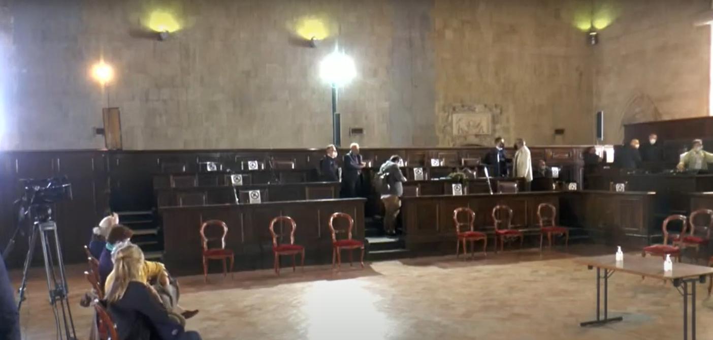 Napoli, salta la seduta del Consiglio: presenti in aula 13 consiglieri su 41. Fanno filone anche quelli di demA
