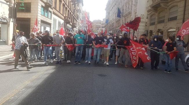 Ministro Orlando non incontra i disoccupati: tensione e tafferugli a Roma, la polizia ferma 7 persone