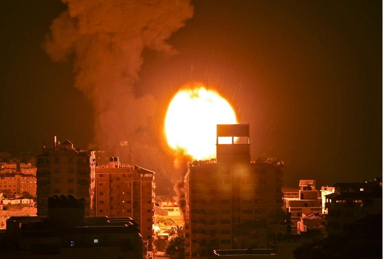 Decine di raid aerei israeliani sulla Striscia di Gaza. Quasi 200 palestinesi uccisi, tra cui 58 bambini