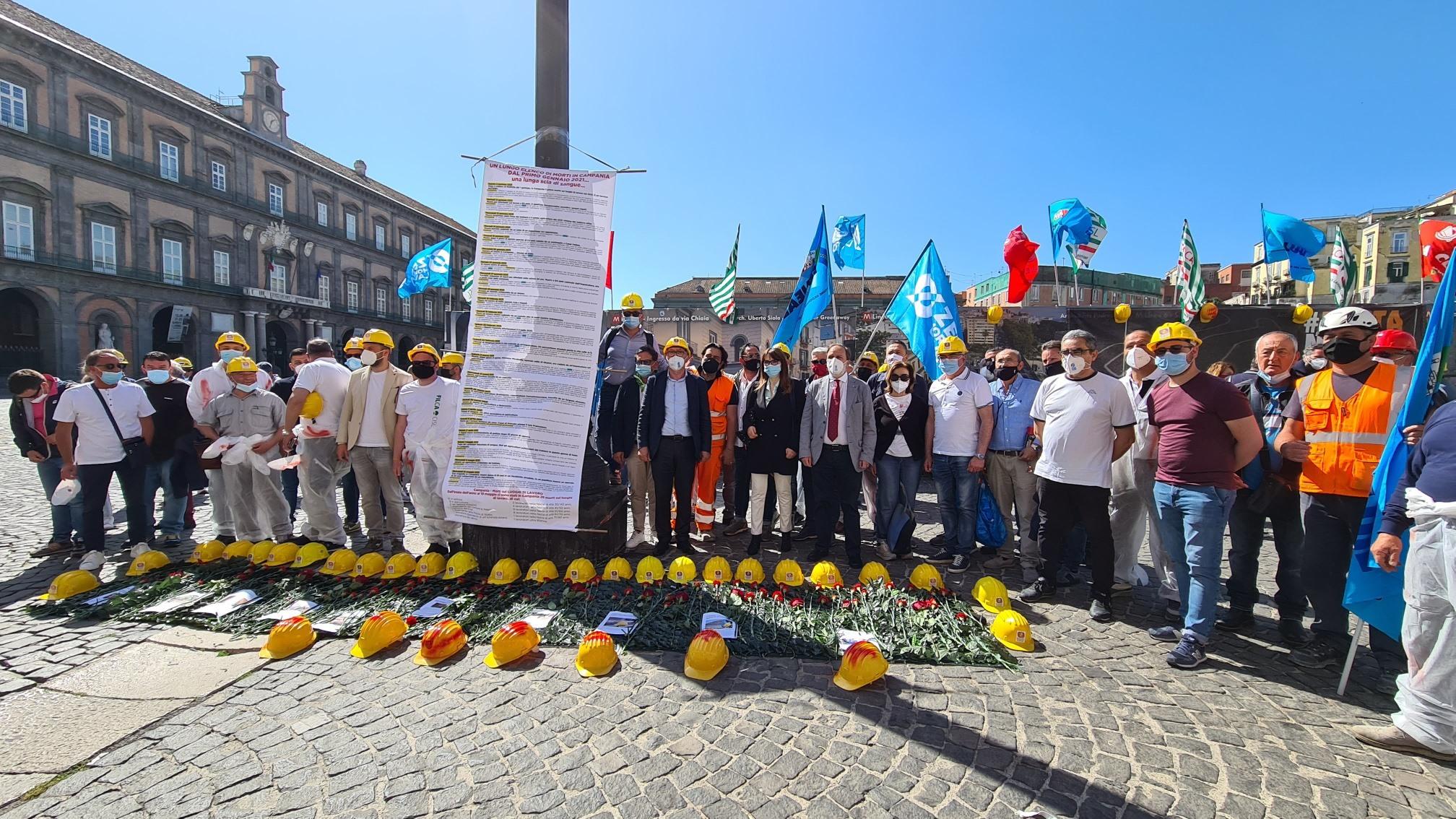 """Napoli, operai edili in piazza:  """"La sicurezza sul lavoro non è un optional"""""""