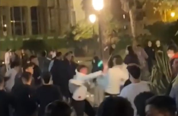 Mega rissa a Salerno, caos al centro: due ragazzi accoltellati – VIDEO