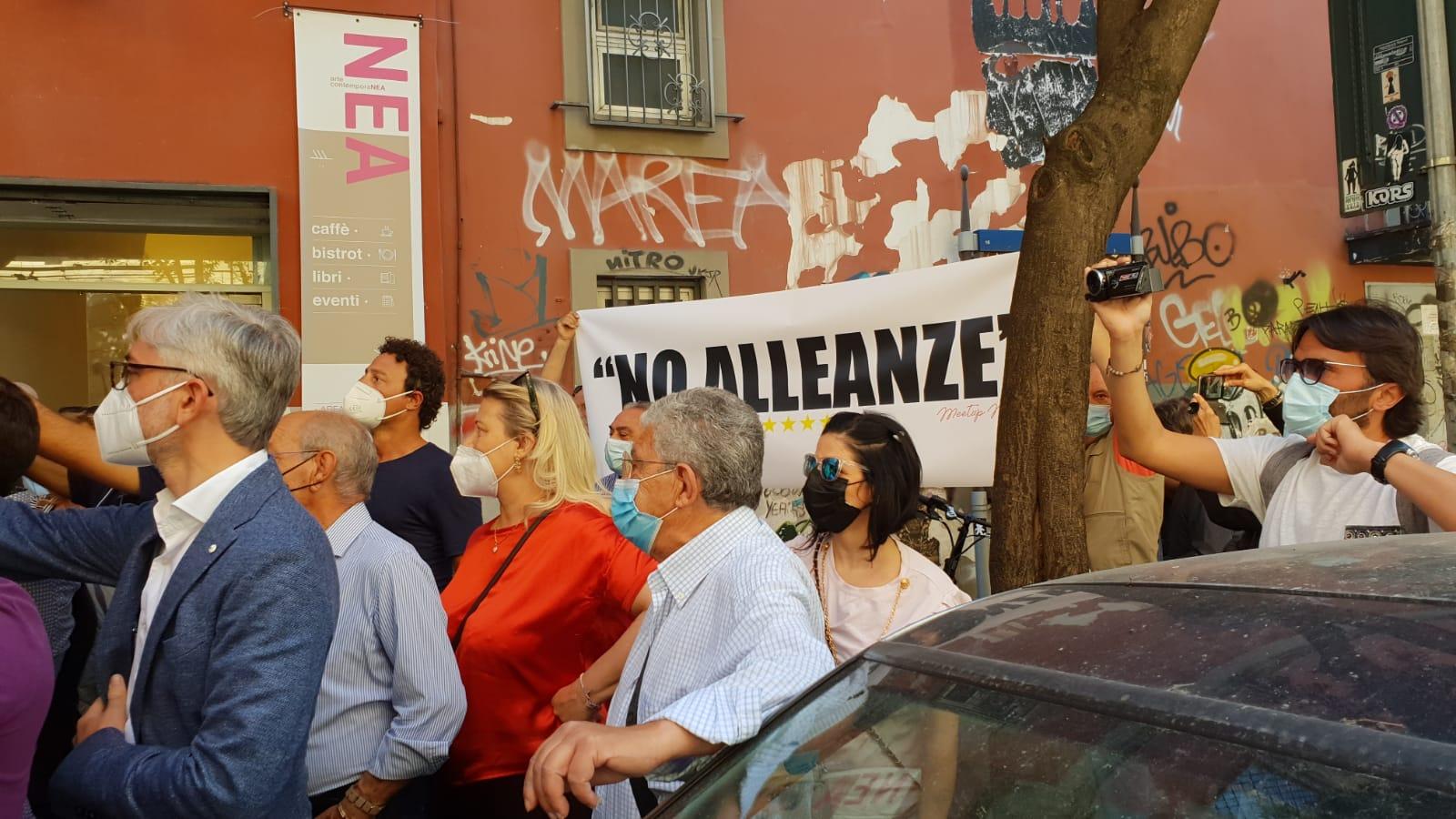 Conte, Di Maio e Fico contestati a Napoli dagli attivisti resistenti del M5s