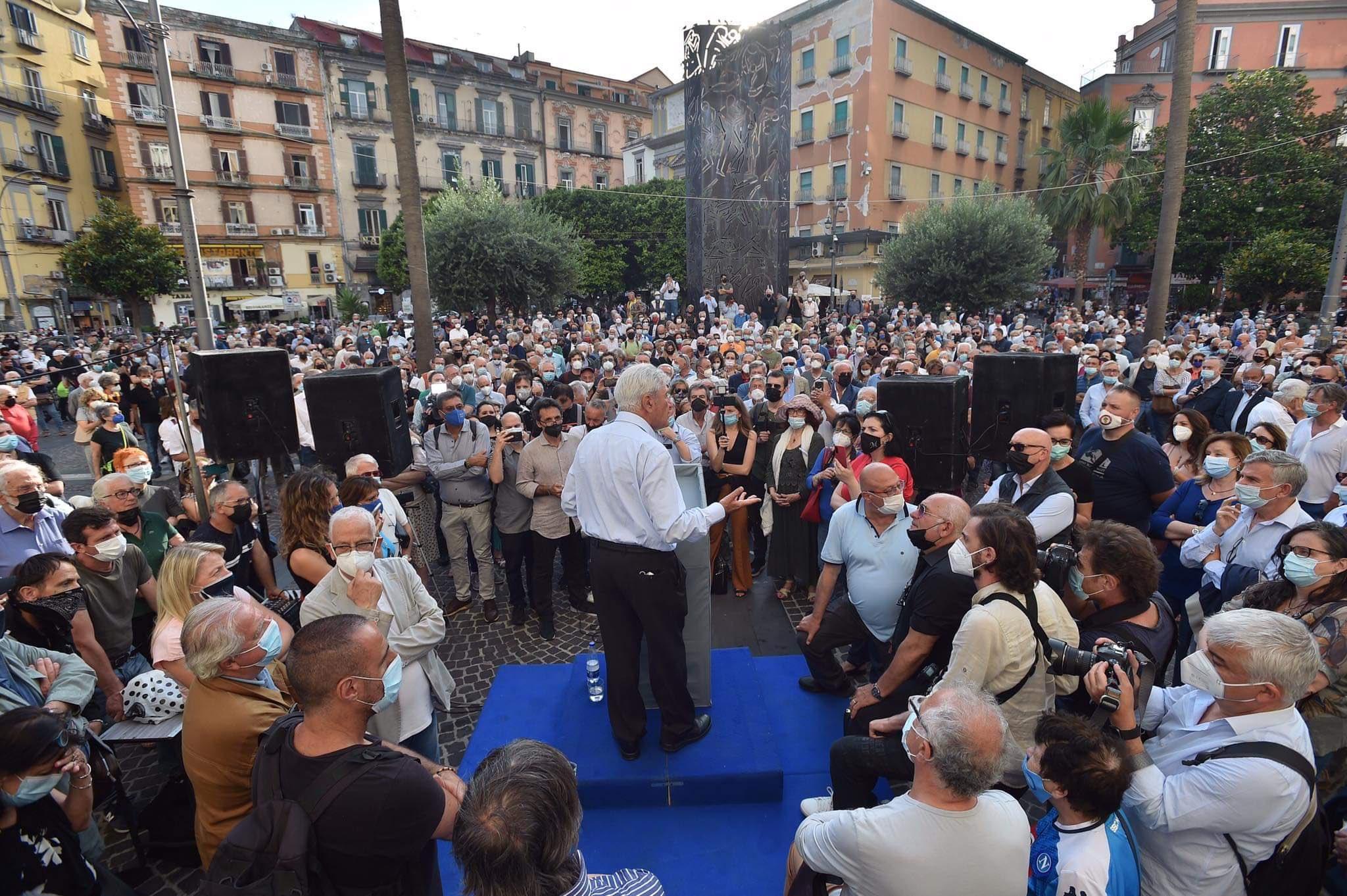 Napoli, mille in piazza per Bassolino.Torna la bella politica
