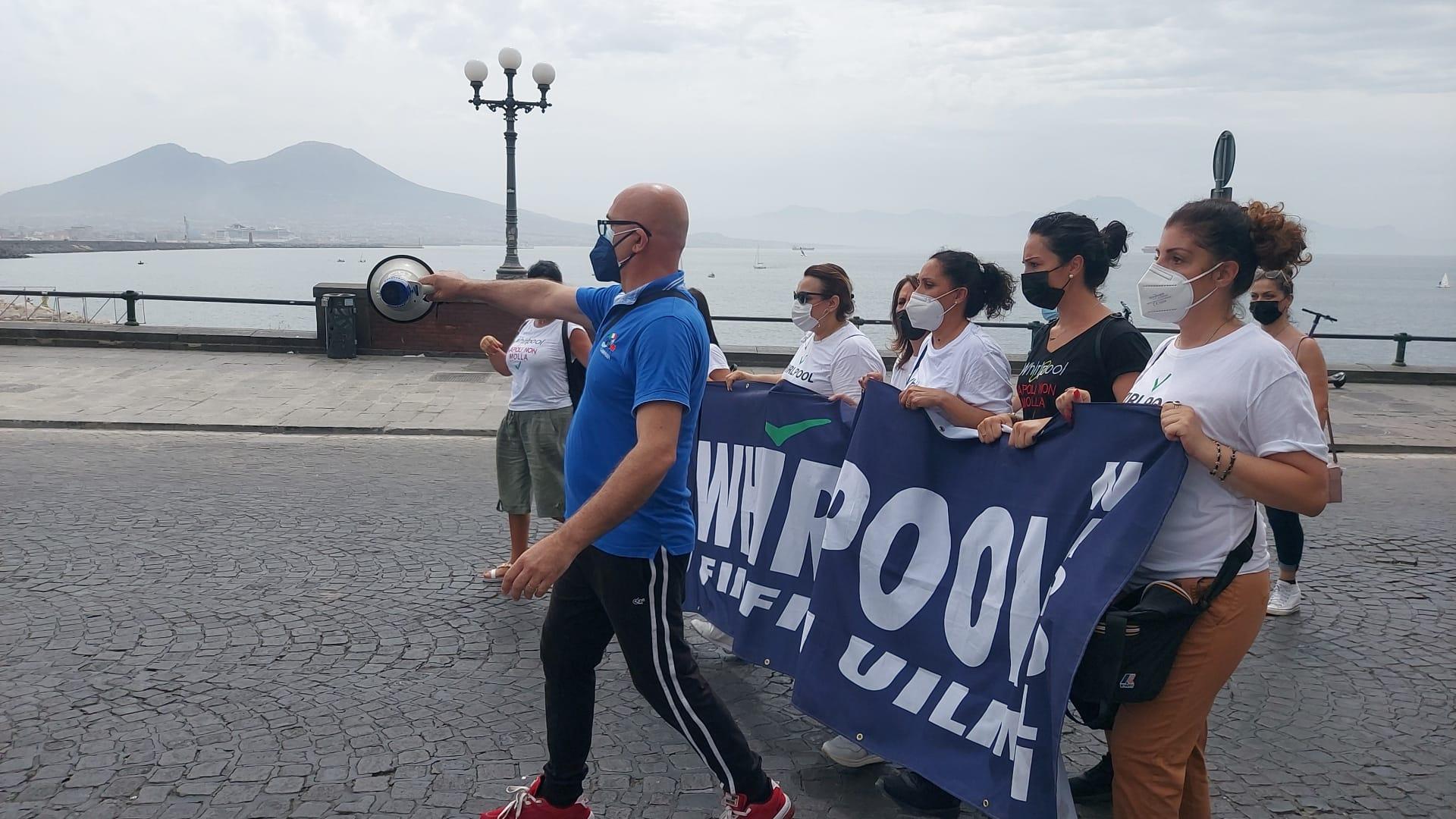 Napoli, De Luca rifiuta di incontrare gli operai Whirlpool: blocco stradale sul lungomare