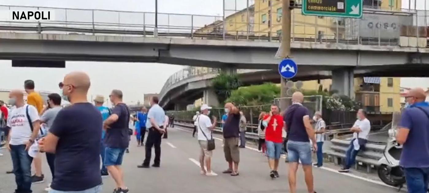 Napoli, la rabbia dei lavoratori Whirlpool: bloccate autostrade e stazione ferroviaria