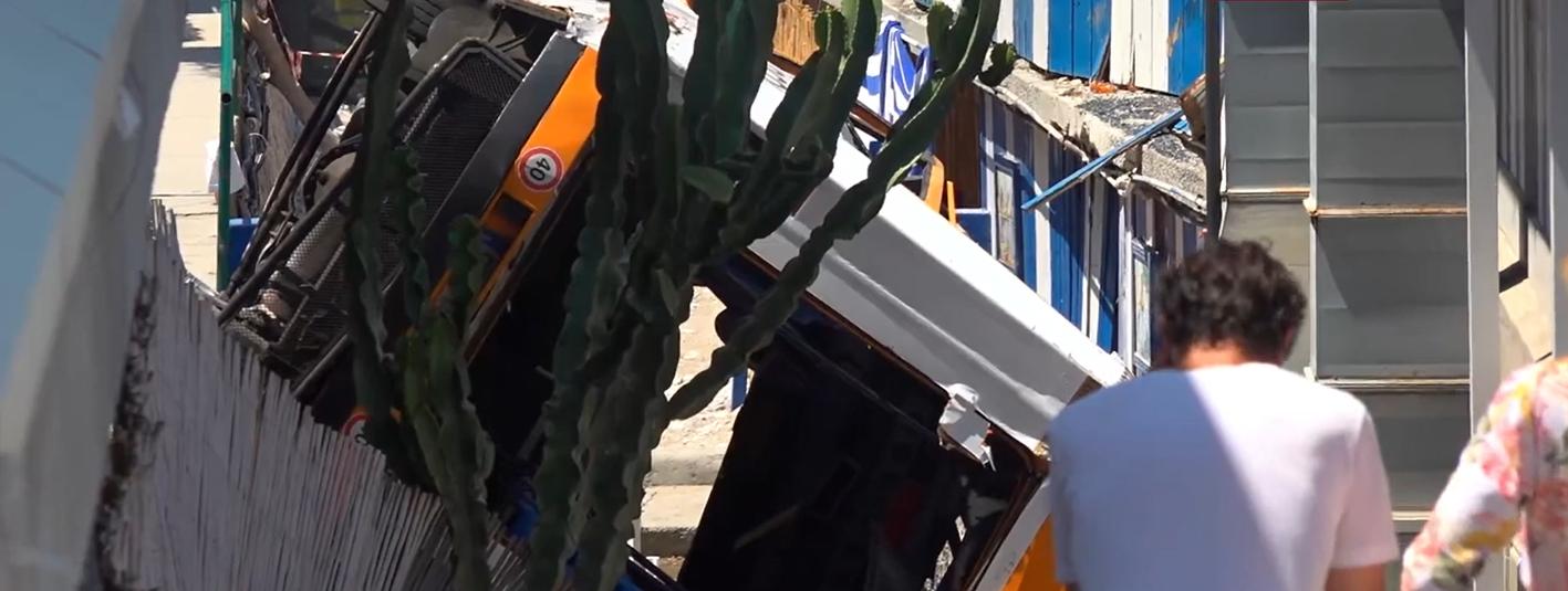 Capri, precipita un bus a Marina Grande: un morto e due feriti gravi