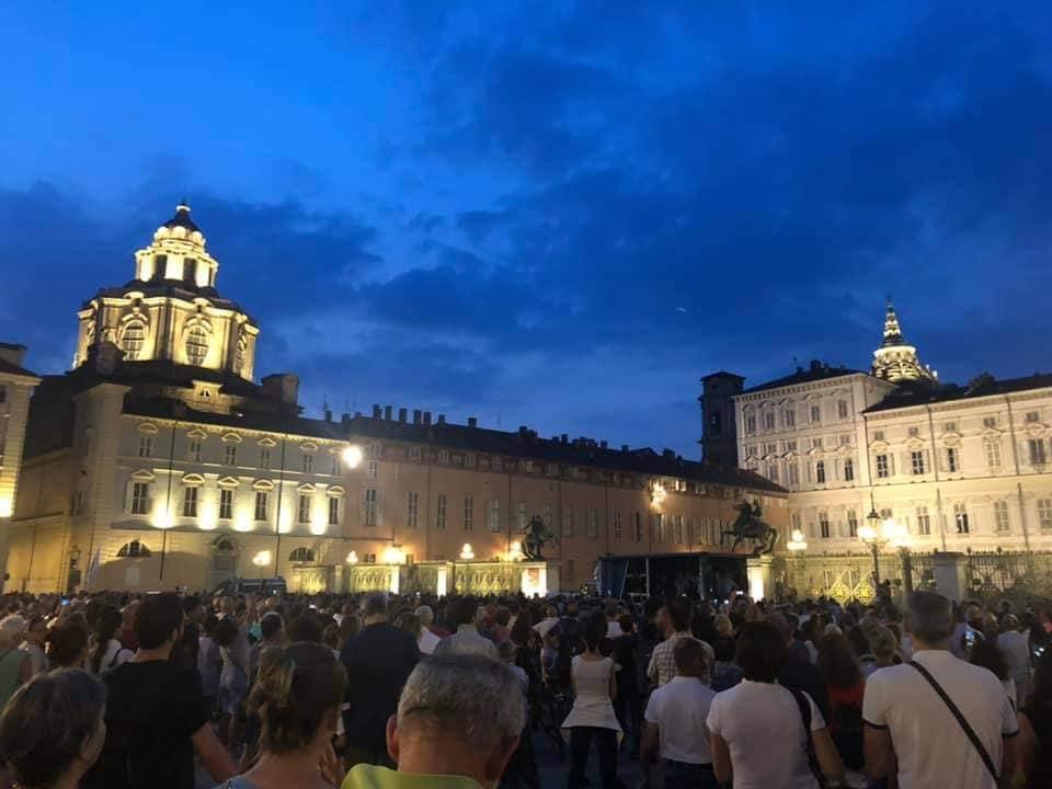 """5 mila in piazza a Torino contro il green pass: """"meglio morire da liberi che vivere da schiavi"""""""