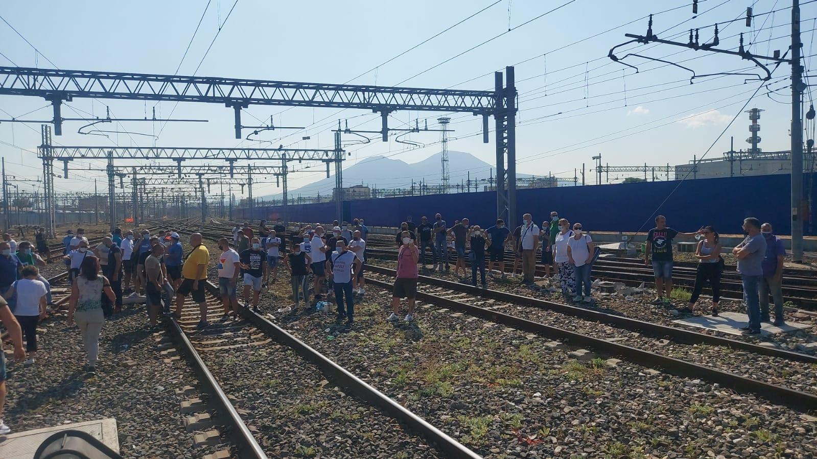 Napoli, gli operai Whirlpool bloccano la stazione centrale. In tilt la circolazione dei treni