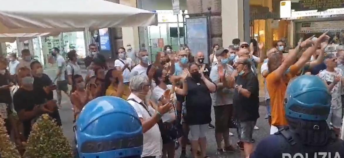 Napoli, i disoccupati contestano e costringono Renzi alla fuga
