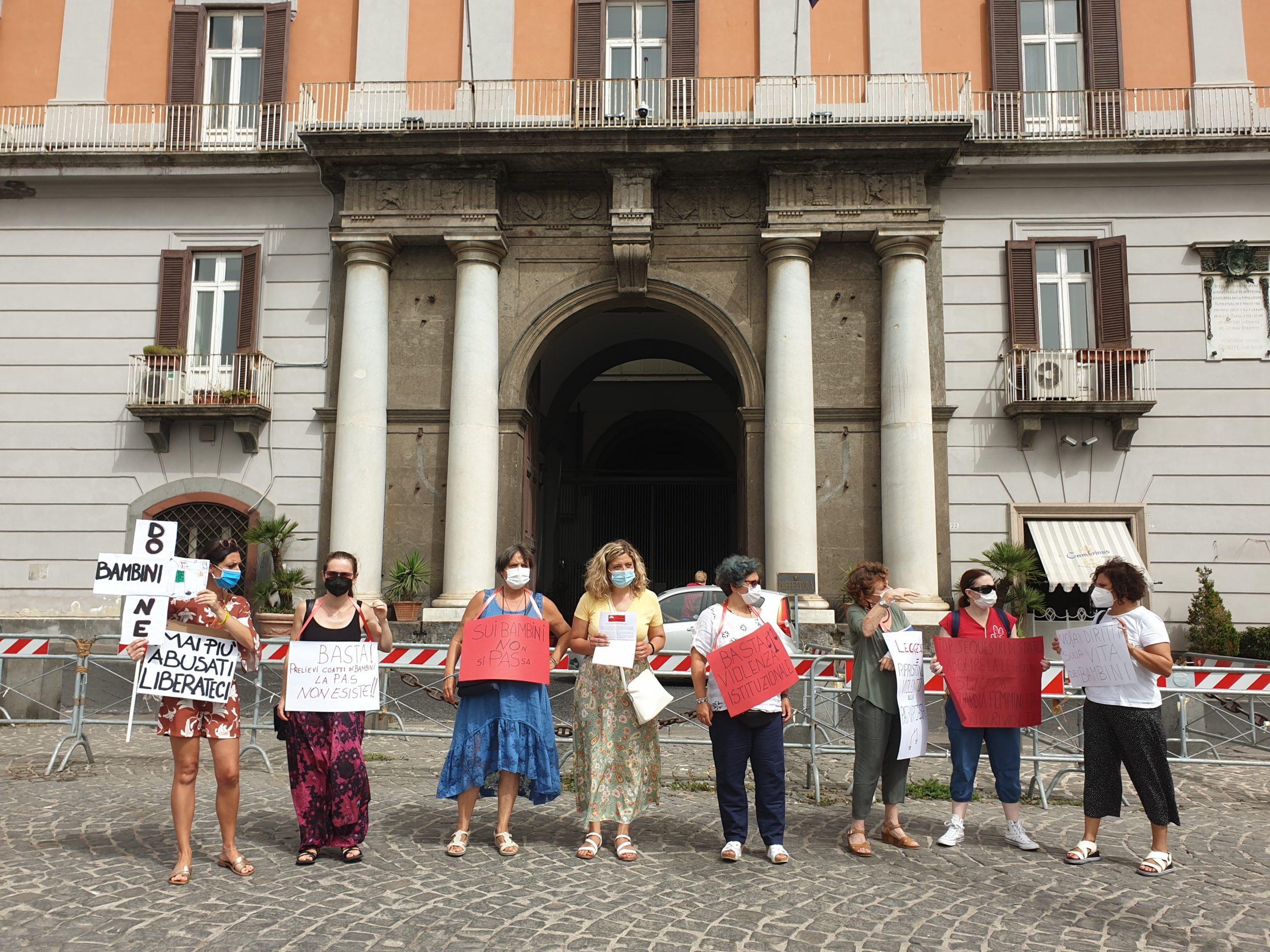 Napoli, le 'Madri in rivolta' davanti alla Prefettura contro i prelevamenti forzati dei bambini