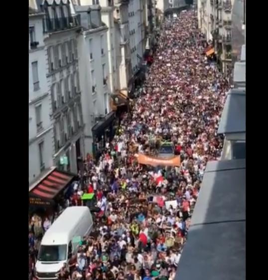 """Francia, un sabato di lotta: 150 mila in corteo contro il """"lasciapassare"""" di Macron"""