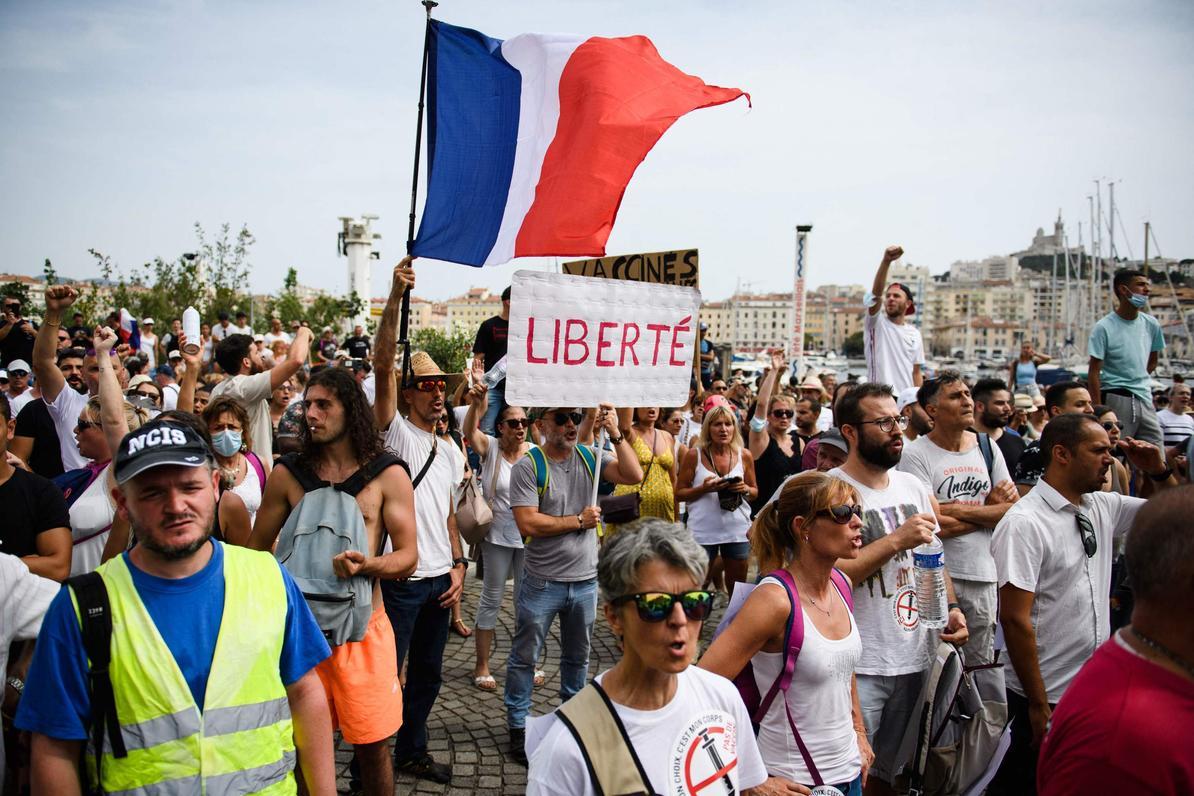Covid-19, Francia: 400 mila persone hanno sfilato in 168 cortei contro il Green Pass