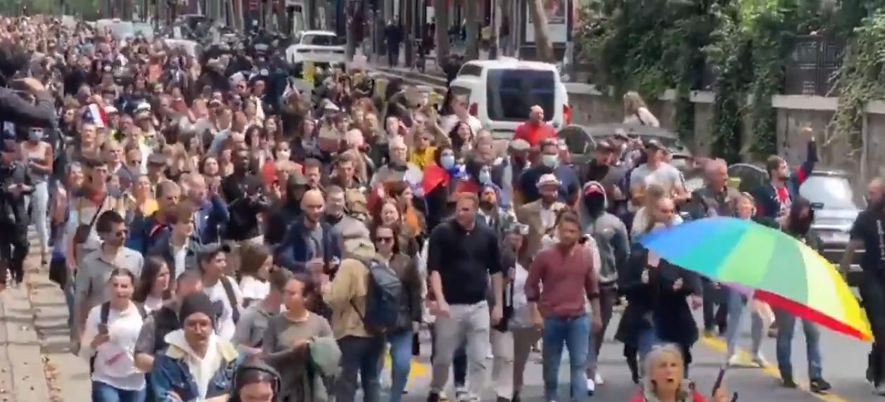 20 mila francesi in piazza e sulle barricate contro Macron e il  Green Pass