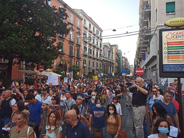 Napoli, 3 mila in piazza contro il Green Pass per la difesa dei diritti individuali e collettivi