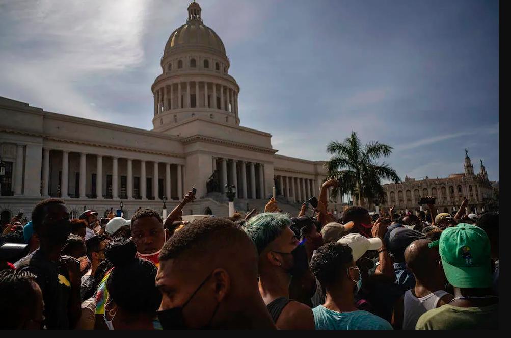 Cuba, scontri e proteste contro la carenza di cibo, l'aumento dei prezzi e la crisi economica
