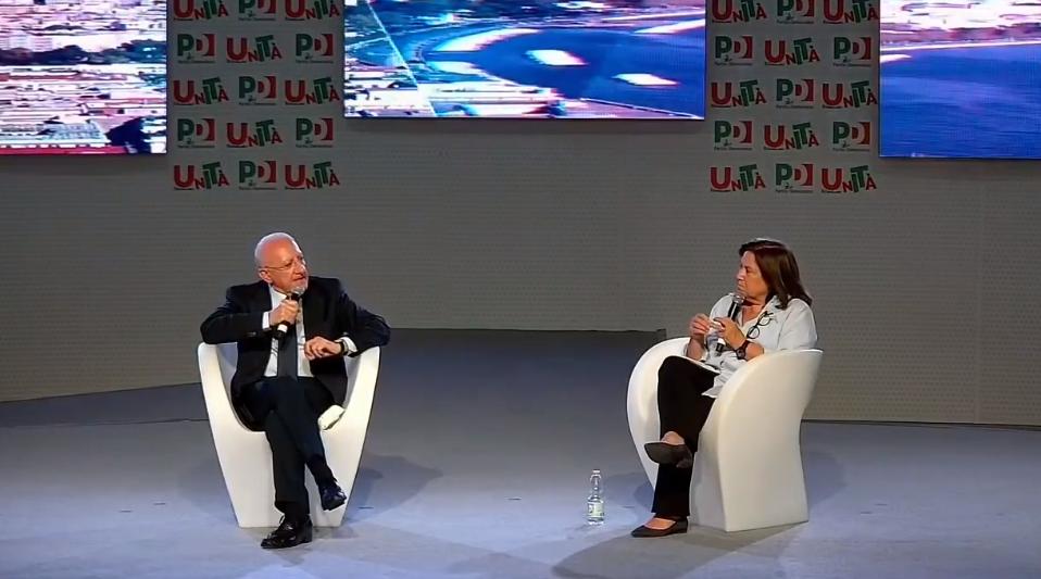 Bologna, la sceneggiata di De Luca alla festa dell'Unità