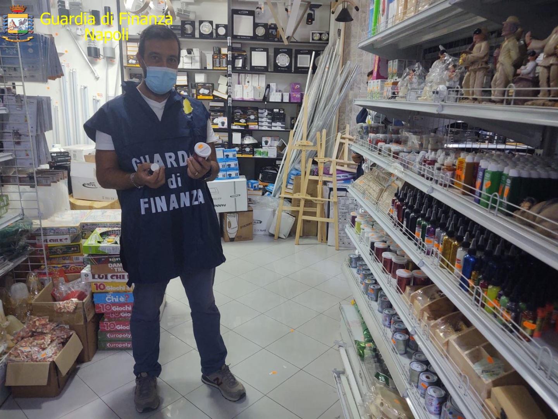 Napoli, Guardia di Finanza sequestra oltre un milione di articoli falsi e non sicuri: 4 denunce
