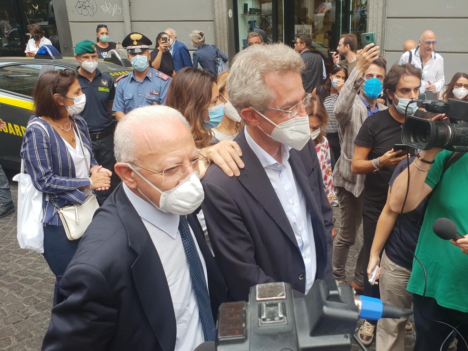 De Luca come un notabile passeggia per Napoli e presenta il suo candidato sindaco