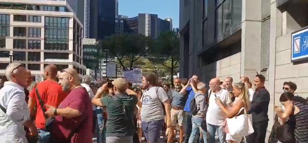 "Napoli, 500 'No Green Pass' contestano De Luca:""Giù le mani dai bambini, non sono cavie"""