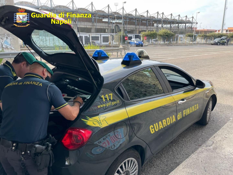 Napoli, fiamme gialle sequestrano 5 quintali di sigarette: due arresti