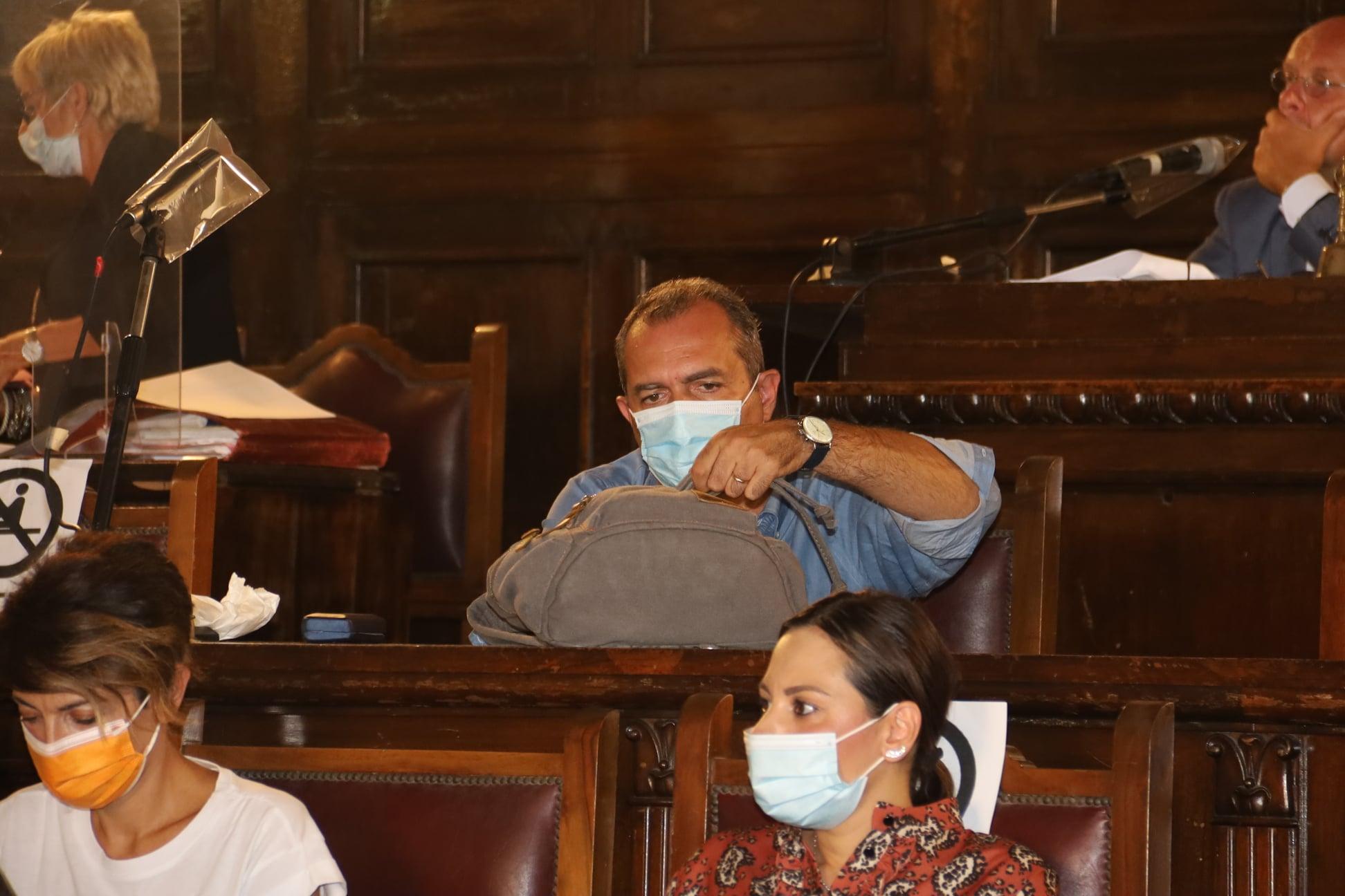 Napoli, il partito unico approva il bilancio comunale tra finti abbracci e sorrisi ipocriti