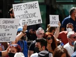 Napoli, studenti universitari in piazza contro il Green Pass