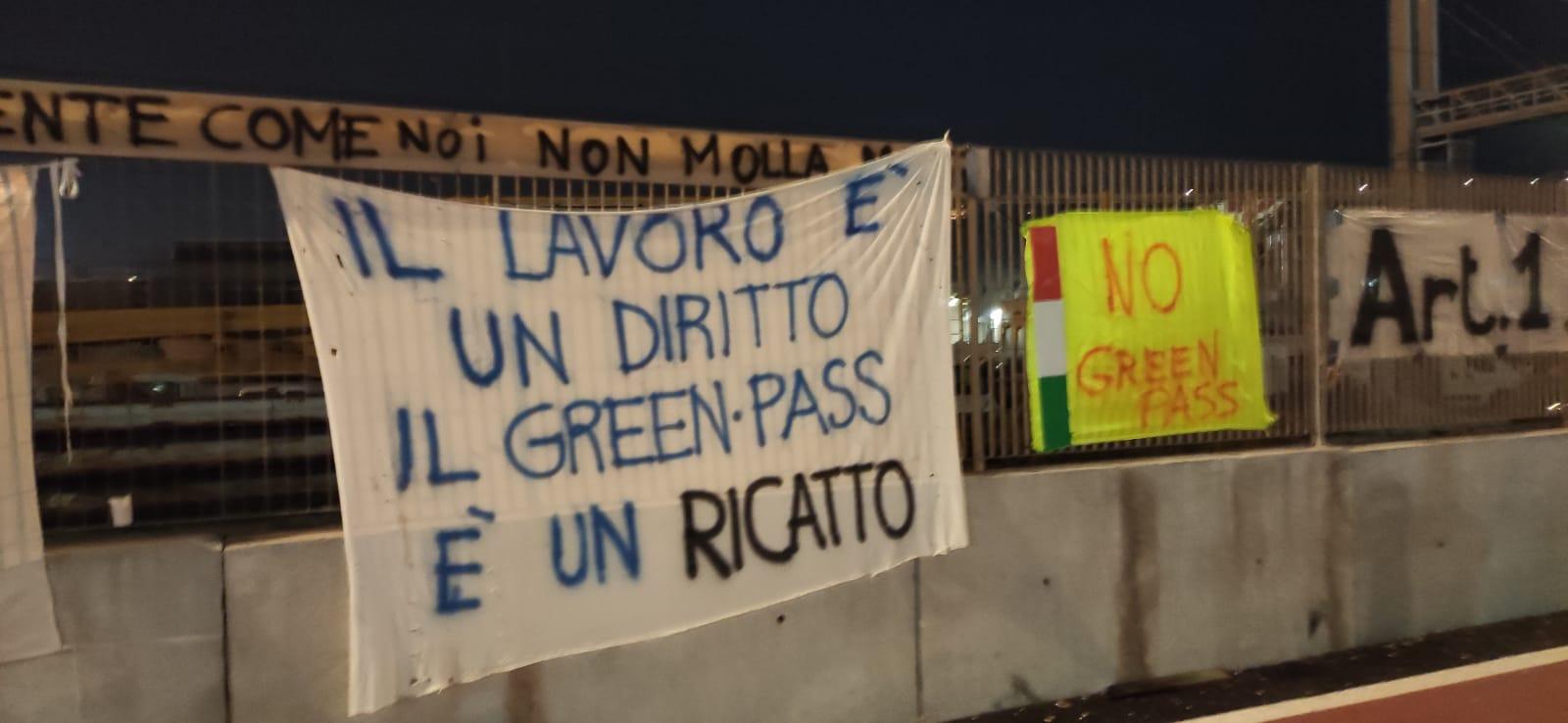 Piacenza, ricatto sociale: azienda assume 100 persone ma solo con il Green Pass