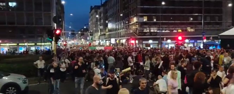 """Milano, """"El Pueblo Unido Jamás Será Vencido"""": 10 mila in piazza contro il Green Pass per il diritto al lavoro"""