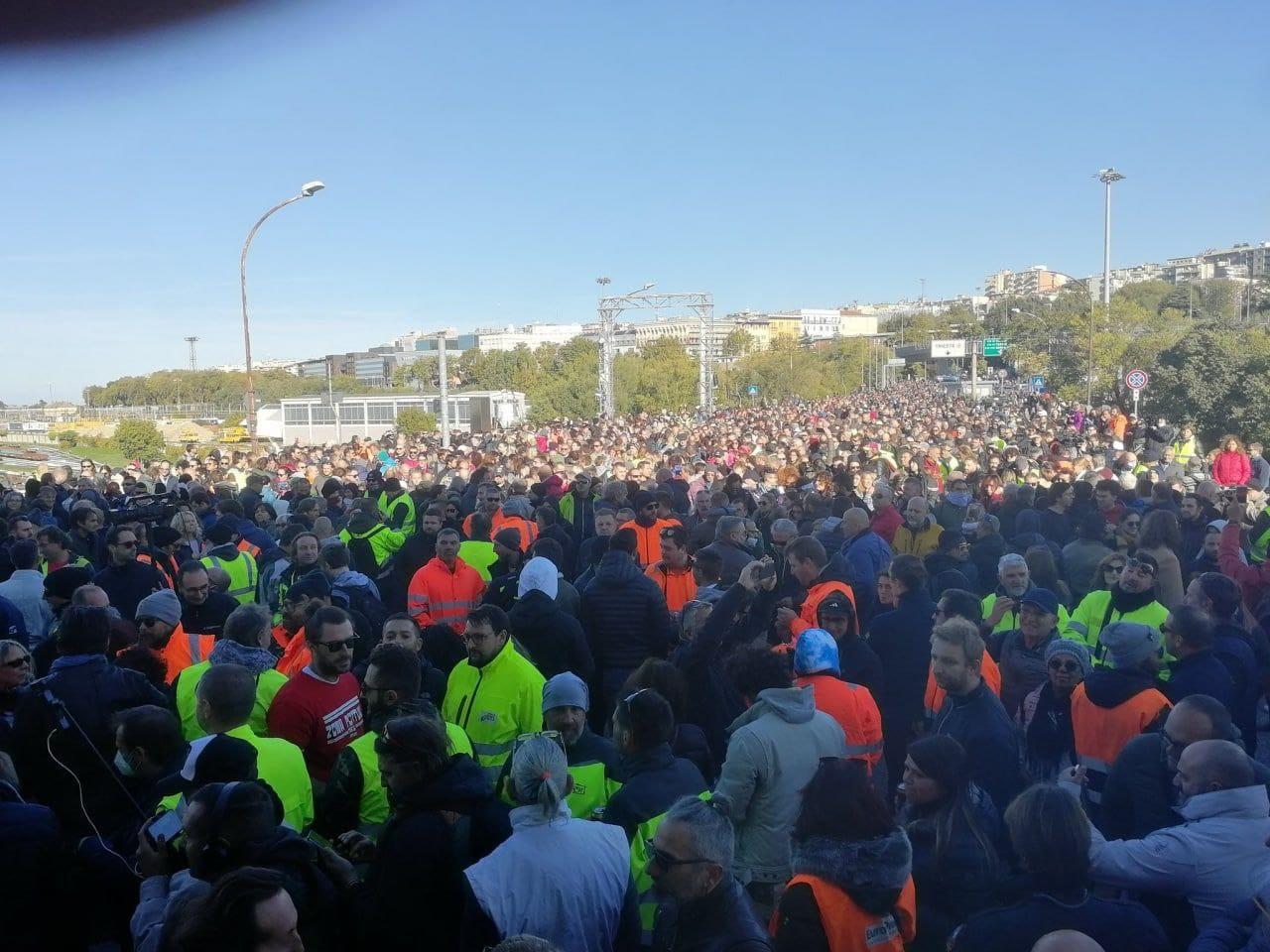 Trieste, i portuali lottano per i diritti di tutti: 10 mila in piazza contro la tessera che discrimina
