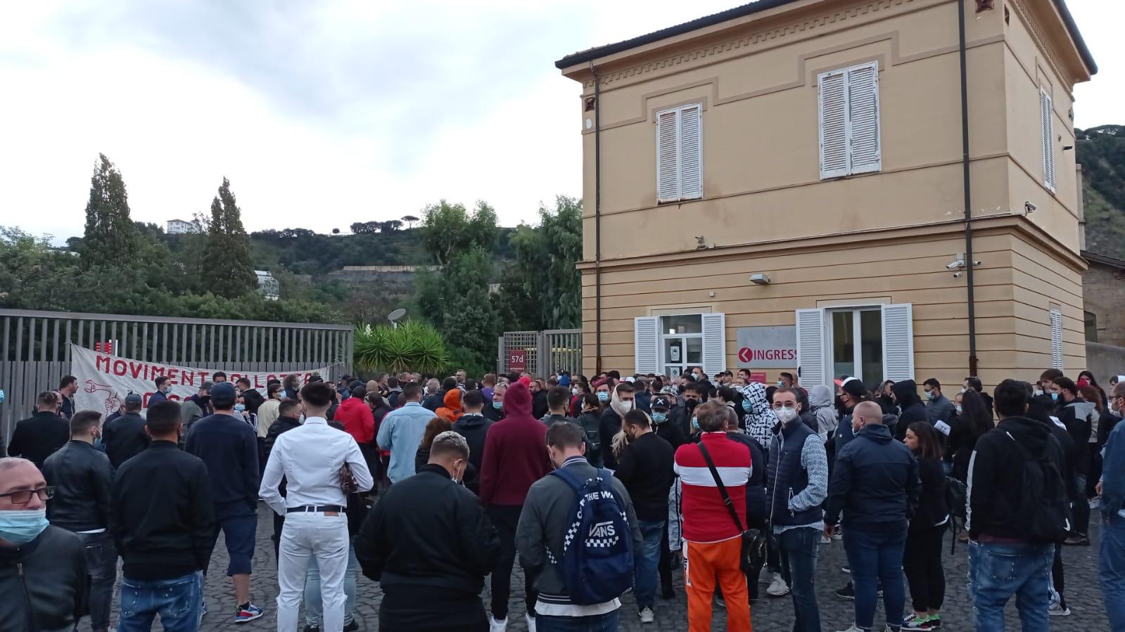 Napoli, 60 assunzioni pre-elettorali all'Asia tramite agenzie interinali: insorgono i disoccupati. Bloccata Città della Scienza