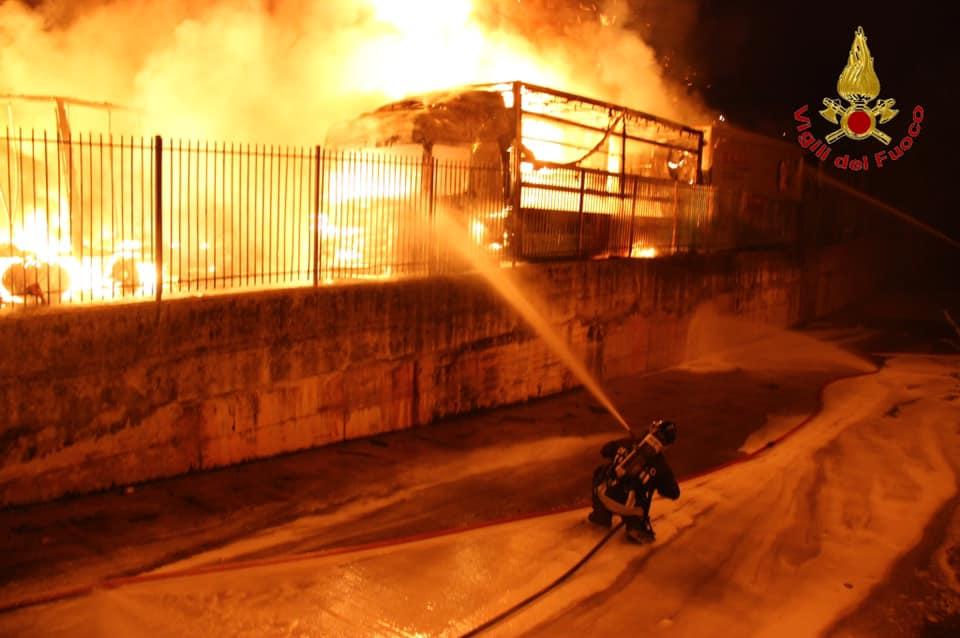 Avellino, a fuoco deposito di camion