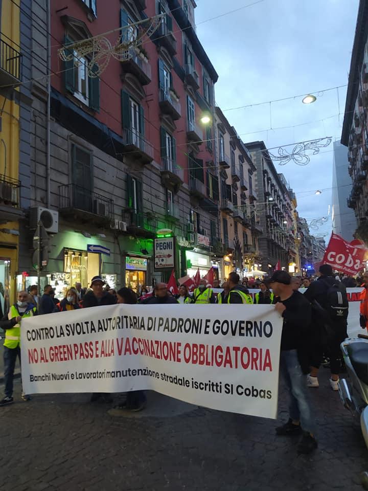 """Napoli, mille in piazza contro lasciapassare:  """"Operai, studenti e disoccupati vinceremo organizzati"""""""