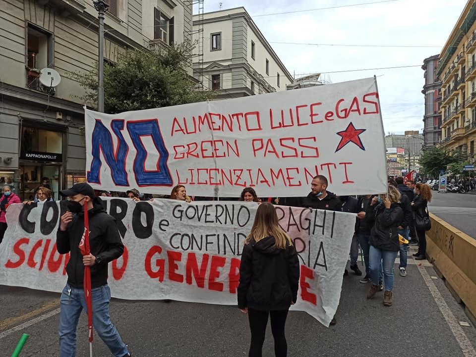 """A Napoli in corteo i sindacati indipendenti: """"No Green Pass, contro aumento luce e gas"""""""