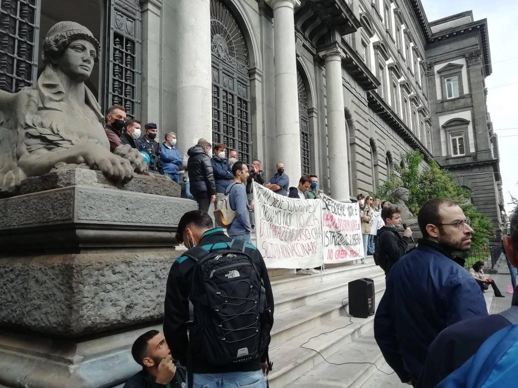 """Napoli, studenti in lotta:""""Istruzione libera, fuori il Green Pass dall'Università"""""""
