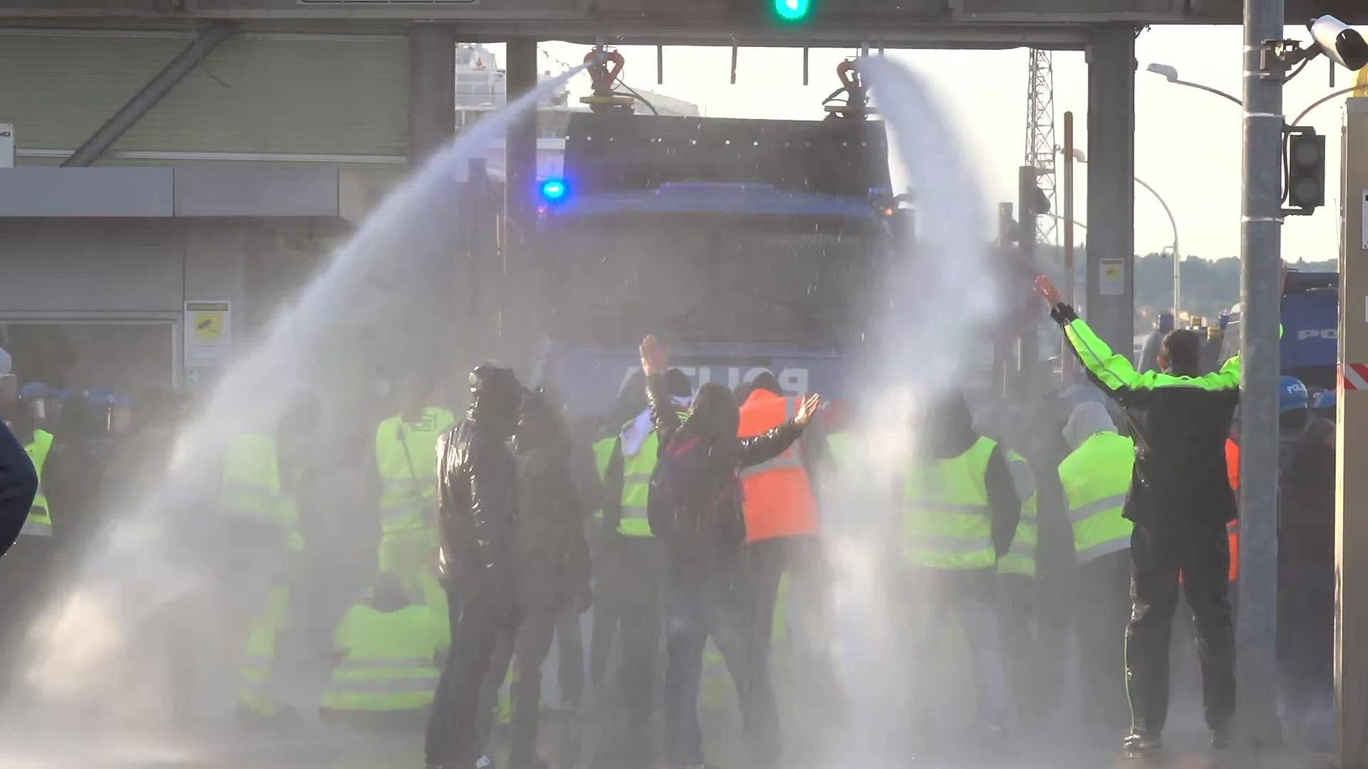 Trieste, la polizia attacca con gli idranti il presidio dei portuali